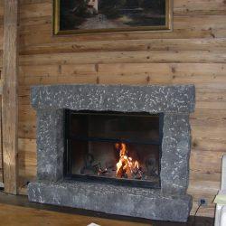cheminée chalet lambris et cadre pierre massive