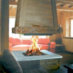 cheminée chalet centrale hotte en bois suspendue pierre sèche atre et loisirs