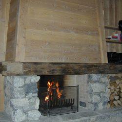 cheminée chalet hotte en bois grosse pierre rustique atre et loisirs