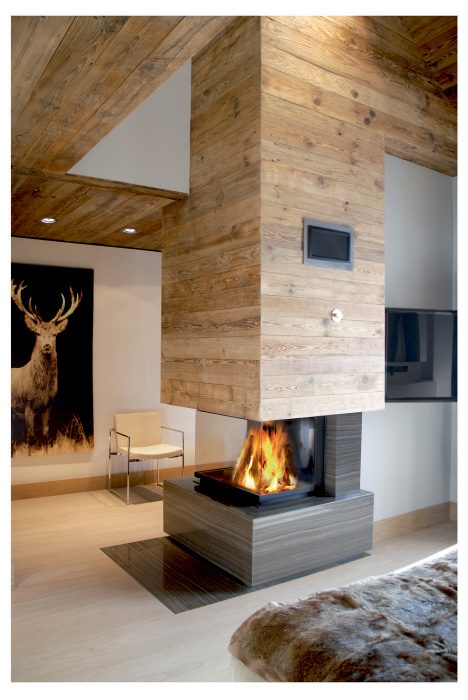 fireplace chalet chemine chalet en pierre de taille et vieux bois. Black Bedroom Furniture Sets. Home Design Ideas