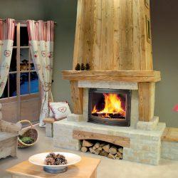 cheminée chalet en pierre beige vieux bois hotte en bois insert jotul modèle ecko atre et loisirs