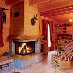 cheminée chalet en pierre sèche et hotte en bois foyer ruegg 720 atre et loisirs