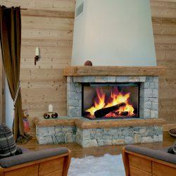cheminée chalet vitre latéral en pierre sèche modèle altiplano foyer atra atre et loisirs