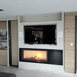 cheminée moderne metal noir et bois intégration télévision stuv 21135 atre et loisirs