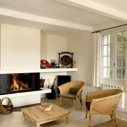 cheminée moderne en pierre blanche et metal noir insert ruegg atre et loisirs