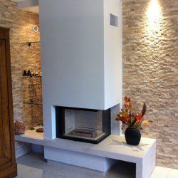 cheminée pierre beige parement mural en pierre foyer ruegg venus atre et loisirs