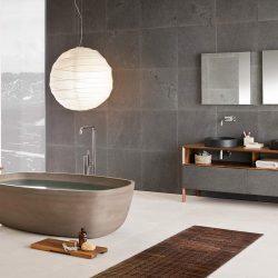 salle de bains avec de cor mural en ardoise grise. Atre et loisirs marbrier en Savoie, Isère, Haute-savoie. Salle de bains haut de gamme en pierre, marbrerie
