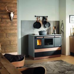 Cuisinière a bois Alpin Lohberger, avec tiroirs en bois, dessus et cotés en pierre grise. Atre et Loisirs Revendeur et installateur Lohberger en Savoie Isère Haute-Savoie