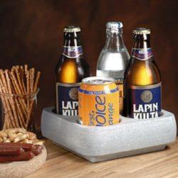 HUURTEINEN - SET REFRIGERANT 4 PLACES set réfrigérant 4 places - Refroidisseur de boissons pour quatre bouteilles ou canettes de 1/3 L. Gardez la pierre au congélateur pendant quelques heures et apportez des boissons fraîches à table. Le refroidisseur de boissons glacées vous permet de déguster des boissons fraîches pendant longtemps et sans vous précipiter. Dimensions: 180 x 180 x 60 mm - évidement pour la bouteille ø 70 mm - poids: 3,29 kg - contenu: 1 pce