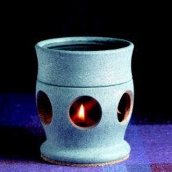 TUOKSUTAR - LAMPE AROMATHERAPIE Lanterne parfumée stéatite : remplissez la tasse sur le dessus de la lanterne avec de l'eau. Incorporer quelques gouttes d'huile essentielle ou de parfum similaire. Allumez une bougie chauffe-plat à l'intérieur de la lanterne et profitez rapidement des senteurs agréables qui s'évaporent dans l'air. Dimensions principales du produit mm : ø 84 x 95 - Volume et dimensions spéciales : trou de bâton ø 40mm - Poids de la pierre kg: 0,47 - Pièces / paquet: 1